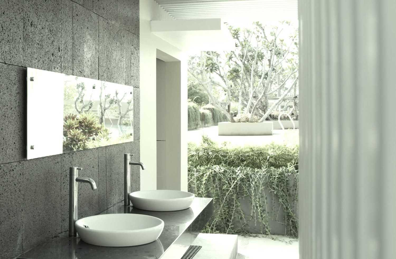Foto inspirasi ide desain kamar mandi tropis Wastafel oleh Aditya Wijaya / Studio indirakasa di Arsitag