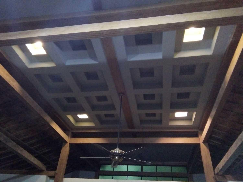 Foto inspirasi ide desain atap tropis Ceiling detail oleh Aditya Wijaya / Studio indirakasa di Arsitag