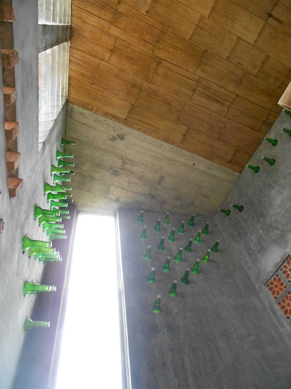 Foto inspirasi ide desain atap tradisional Ceiling oleh mojo - sketsarumah.com di Arsitag