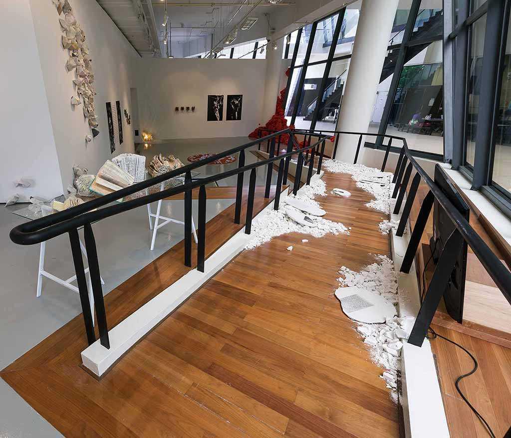 Foto inspirasi ide desain display area kontemporer Gallery oleh rully tanuwidjaja di Arsitag