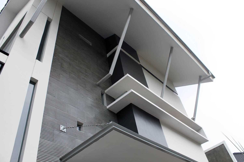 Rully Tanuwidjaja Architecture Terrace House At Modern Land Klp. Indah, Kec. Tangerang, Kota Tangerang, Banten 15117, Indonesia Klp. Indah, Kec. Tangerang, Kota Tangerang, Banten 15117, Indonesia Exterior View Kontemporer 48402