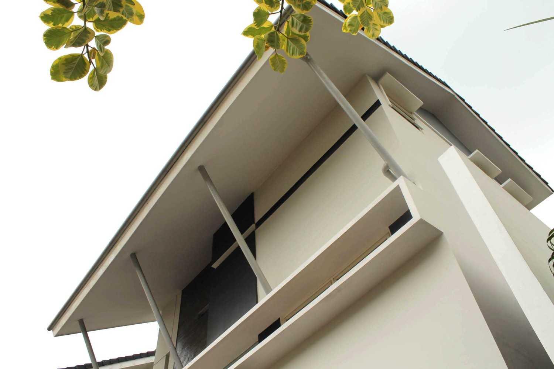 Rully Tanuwidjaja Architecture Terrace House At Modern Land Klp. Indah, Kec. Tangerang, Kota Tangerang, Banten 15117, Indonesia Klp. Indah, Kec. Tangerang, Kota Tangerang, Banten 15117, Indonesia Exterior View Kontemporer 48403
