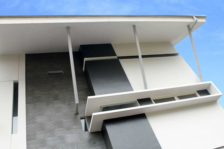 Rully Tanuwidjaja Architecture Terrace House At Modern Land Klp. Indah, Kec. Tangerang, Kota Tangerang, Banten 15117, Indonesia Klp. Indah, Kec. Tangerang, Kota Tangerang, Banten 15117, Indonesia Exterior View Kontemporer 48405