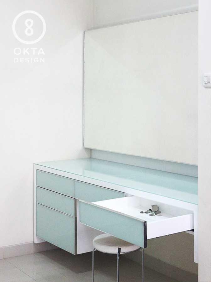 Okta Design Master Bedroom Jl. Bogor Nirwana Residence, Mulyaharja, Bogor Sel., Kota Bogor, Jawa Barat 16135, Indonesia Bukit Nirwana Residence,bogor Vanity Table Modern 18126