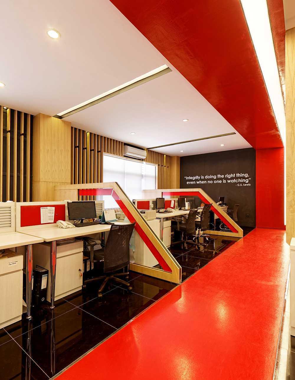 Foto inspirasi ide desain ruang kerja minimalis Staff-area oleh Delution Architect di Arsitag