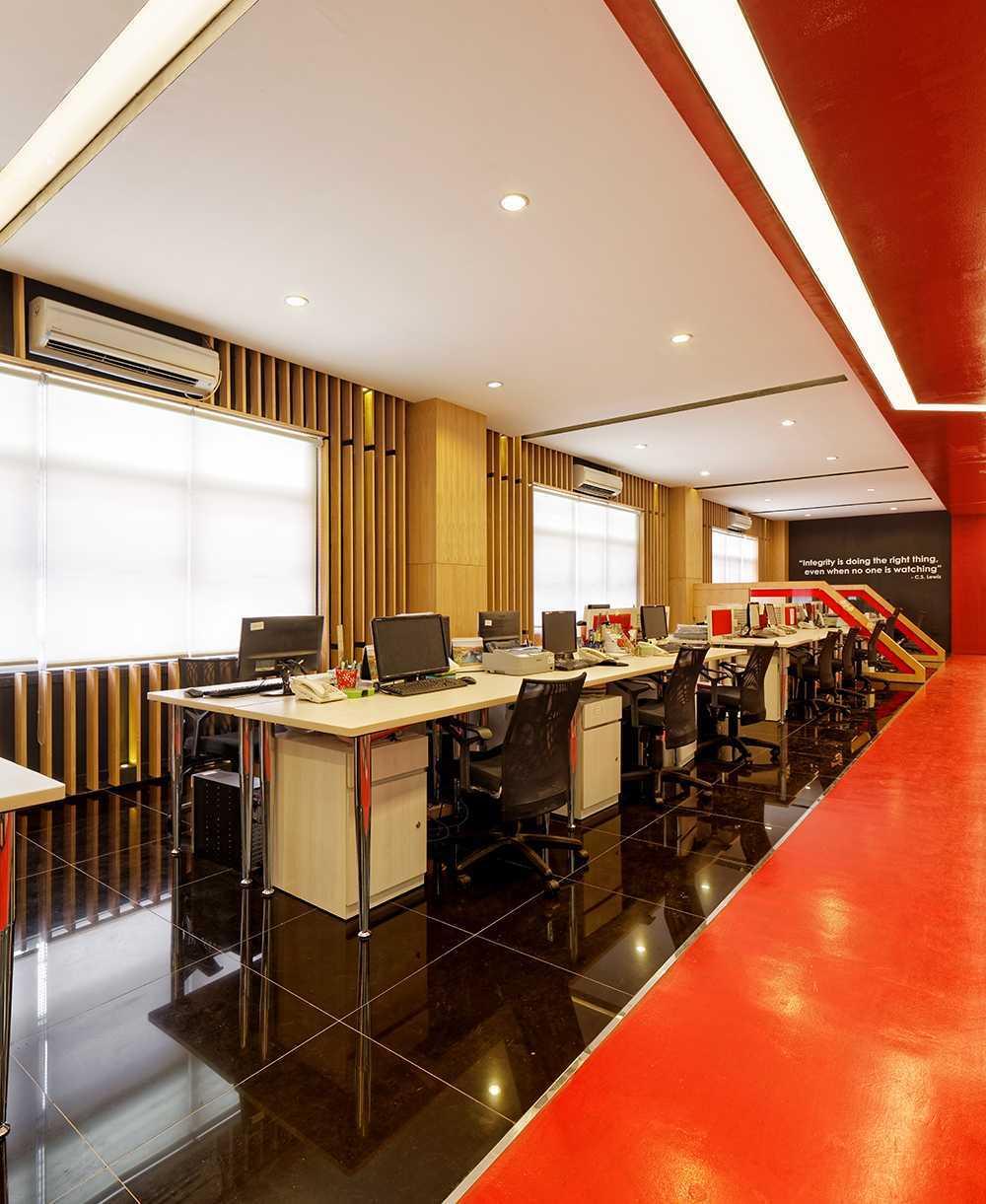 Foto inspirasi ide desain ruang kerja modern Staff-area oleh DELUTION di Arsitag