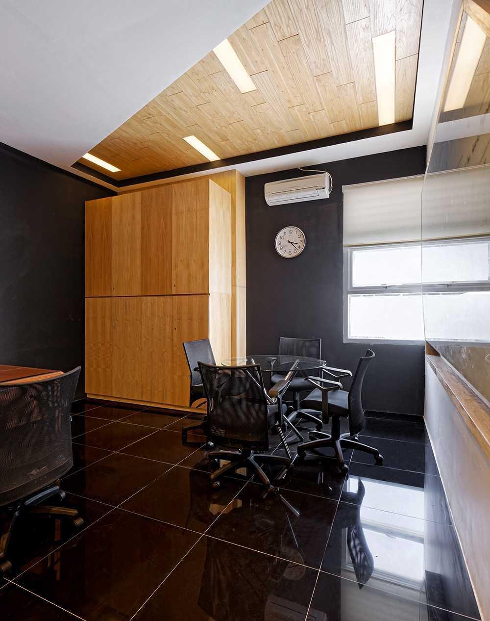 Foto inspirasi ide desain ruang meeting Meeting room oleh DELUTION di Arsitag