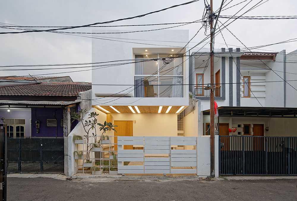 Foto inspirasi ide desain exterior modern Day front view oleh DELUTION di Arsitag