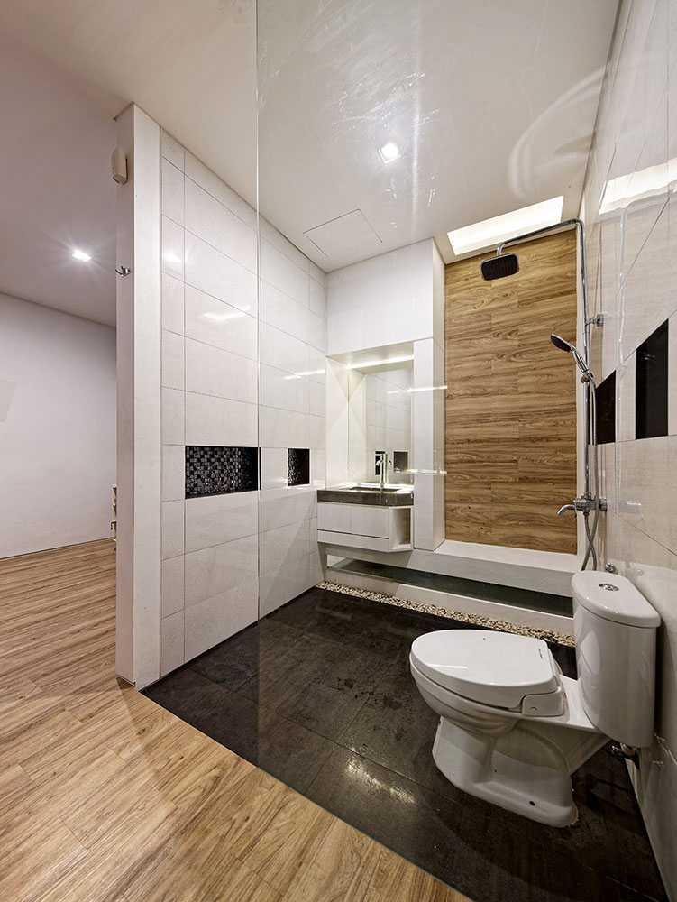 Foto inspirasi ide desain kamar mandi modern Bathroom oleh DELUTION di Arsitag