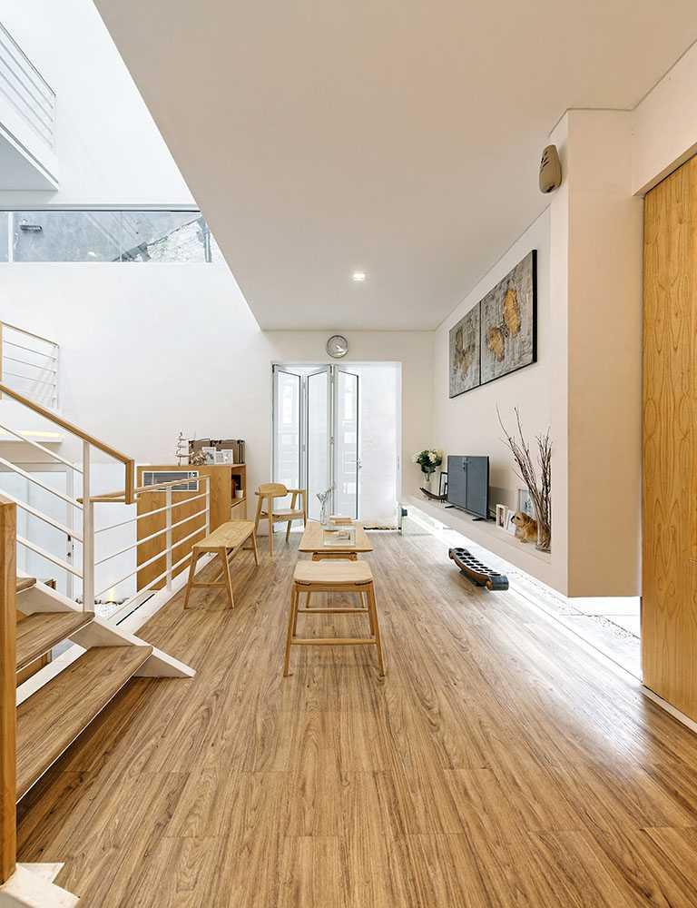 Foto inspirasi ide desain ruang keluarga Guest room area oleh Delution Architect di Arsitag