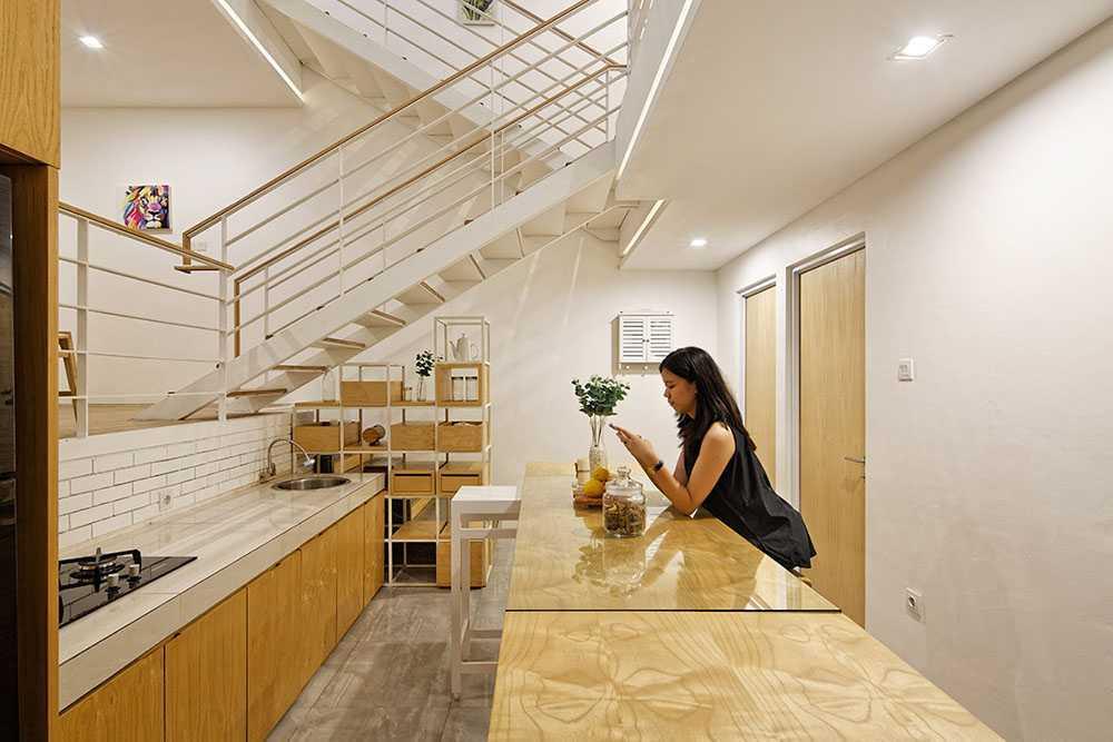 Foto inspirasi ide desain dapur modern Kitchen oleh DELUTION di Arsitag