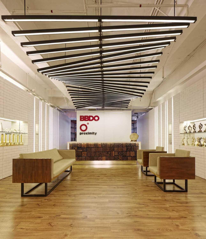 Foto inspirasi ide desain Komunal room oleh DELUTION di Arsitag