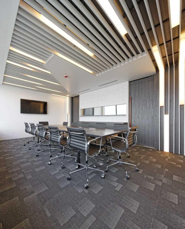 Foto inspirasi ide desain ruang meeting industrial Boardroom area oleh DELUTION di Arsitag