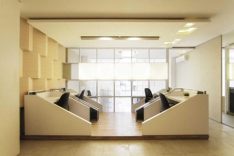 Foto inspirasi ide desain ruang kerja minimalis Employee-area oleh Delution Architect di Arsitag