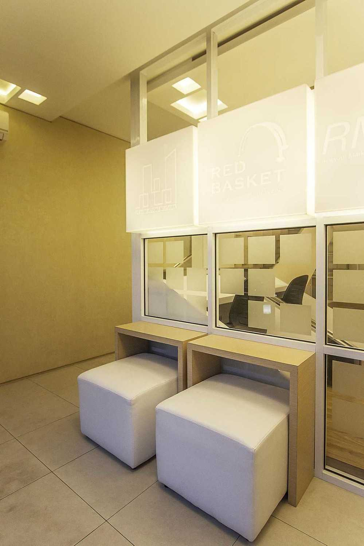 Foto inspirasi ide desain lobby minimalis Lobby area oleh DELUTION di Arsitag