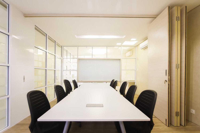Foto inspirasi ide desain ruang meeting Meetingroom oleh Delution Architect di Arsitag