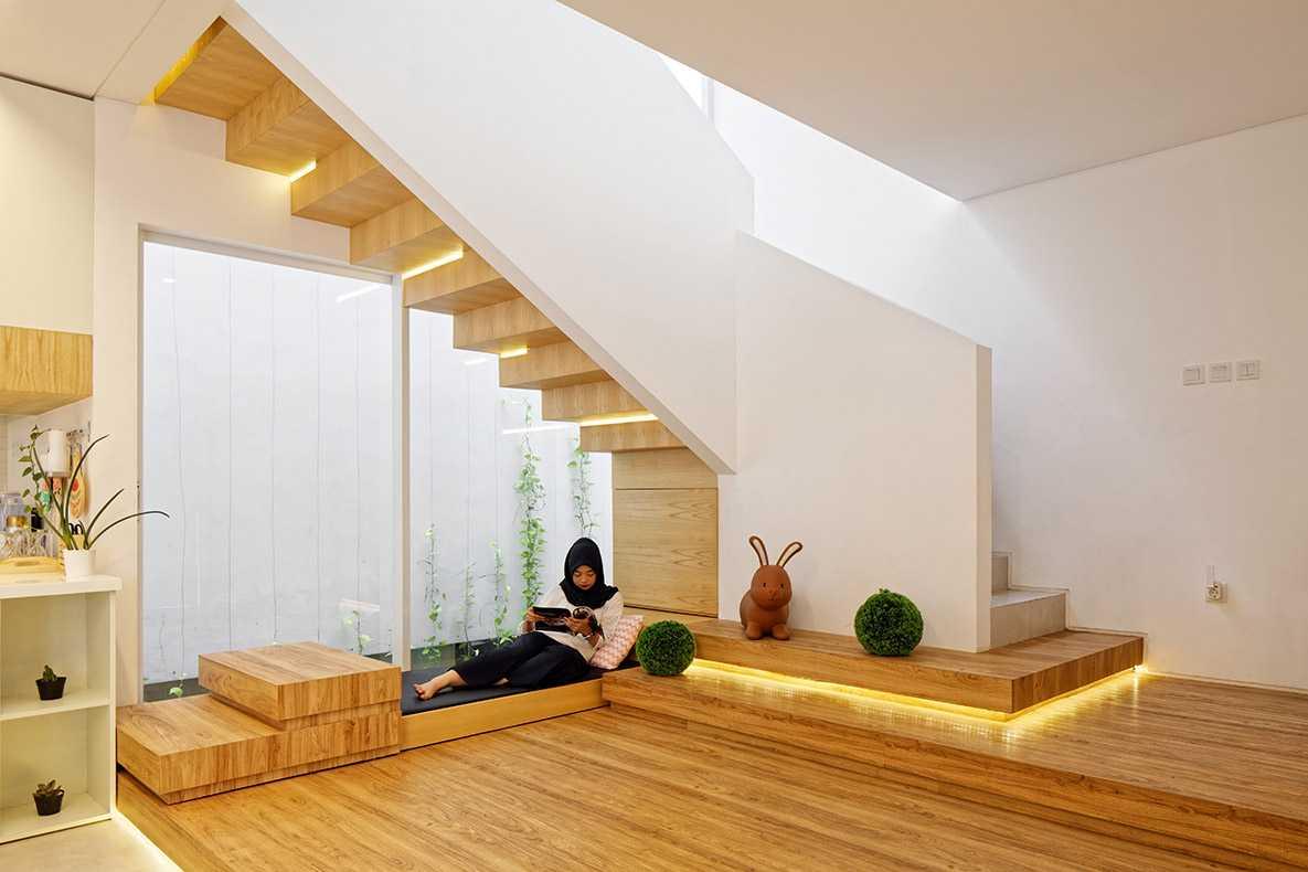 Foto inspirasi ide desain rumah kontemporer Staircase oleh Delution Architect di Arsitag