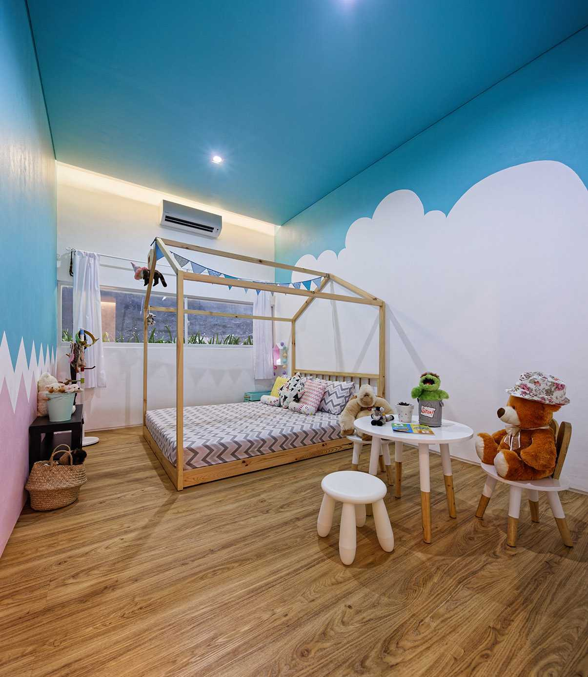 Foto inspirasi ide desain kamar tidur kontemporer Kids bedroom oleh DELUTION di Arsitag