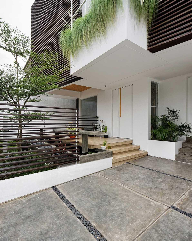 Foto inspirasi ide desain pintu masuk kontemporer Entrance area oleh Delution Architect di Arsitag