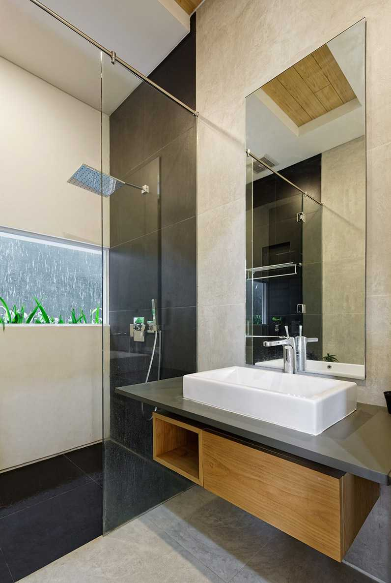 Foto inspirasi ide desain kamar mandi minimalis Bathroom oleh Delution Architect di Arsitag
