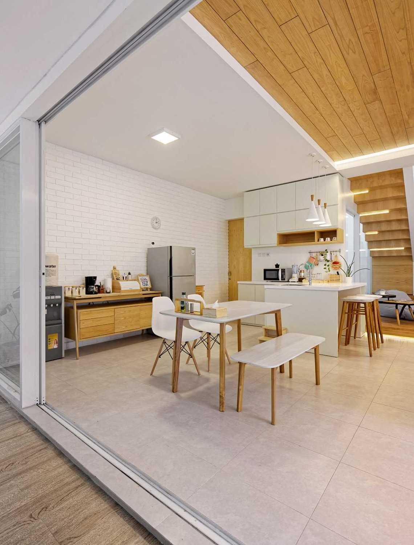 Foto inspirasi ide desain ruang makan kontemporer Dining room oleh Delution Architect di Arsitag
