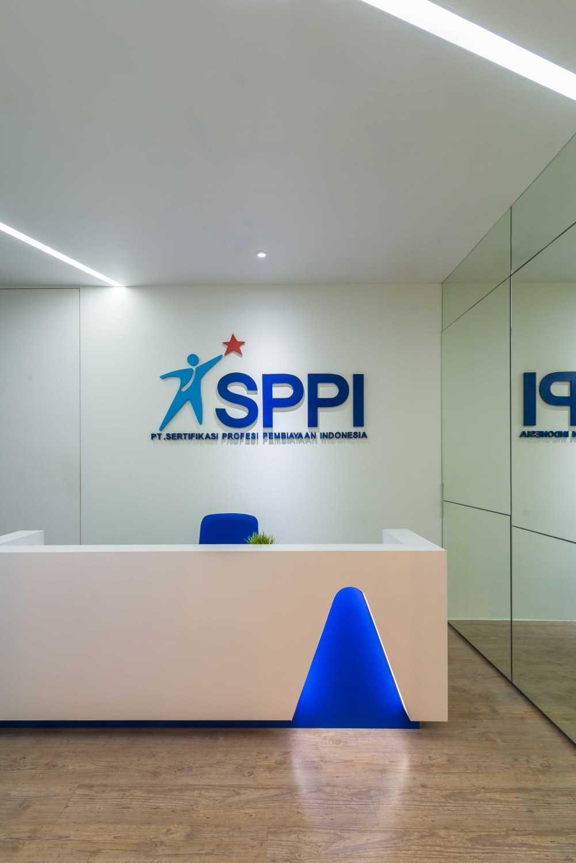 Foto inspirasi ide desain lobby kontemporer Receptionist area oleh Delution Architect di Arsitag