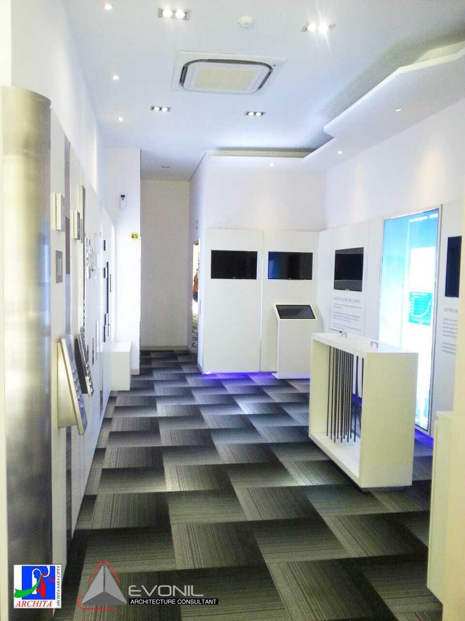 Foto inspirasi ide desain display area modern Kone-showroom-area-8 oleh EVONIL Architecture di Arsitag