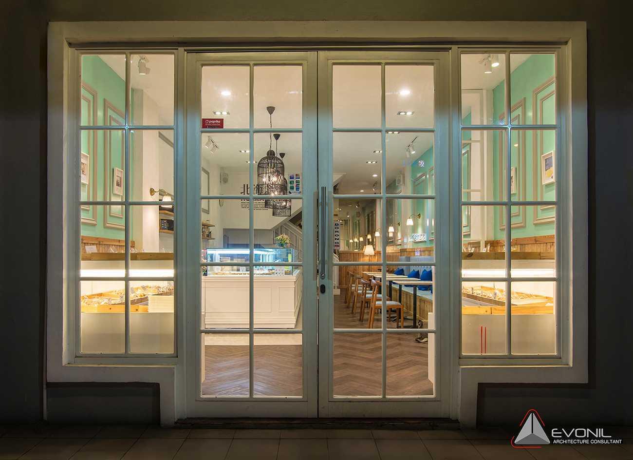 Foto inspirasi ide desain pintu masuk klasik Entrance door oleh Evonil Architecture di Arsitag