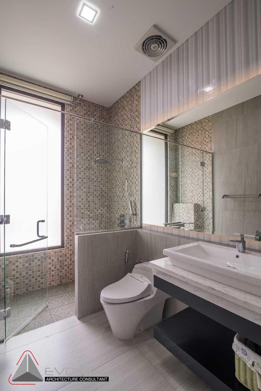 Foto inspirasi ide desain kamar mandi minimalis Bathroom oleh Evonil Architecture di Arsitag