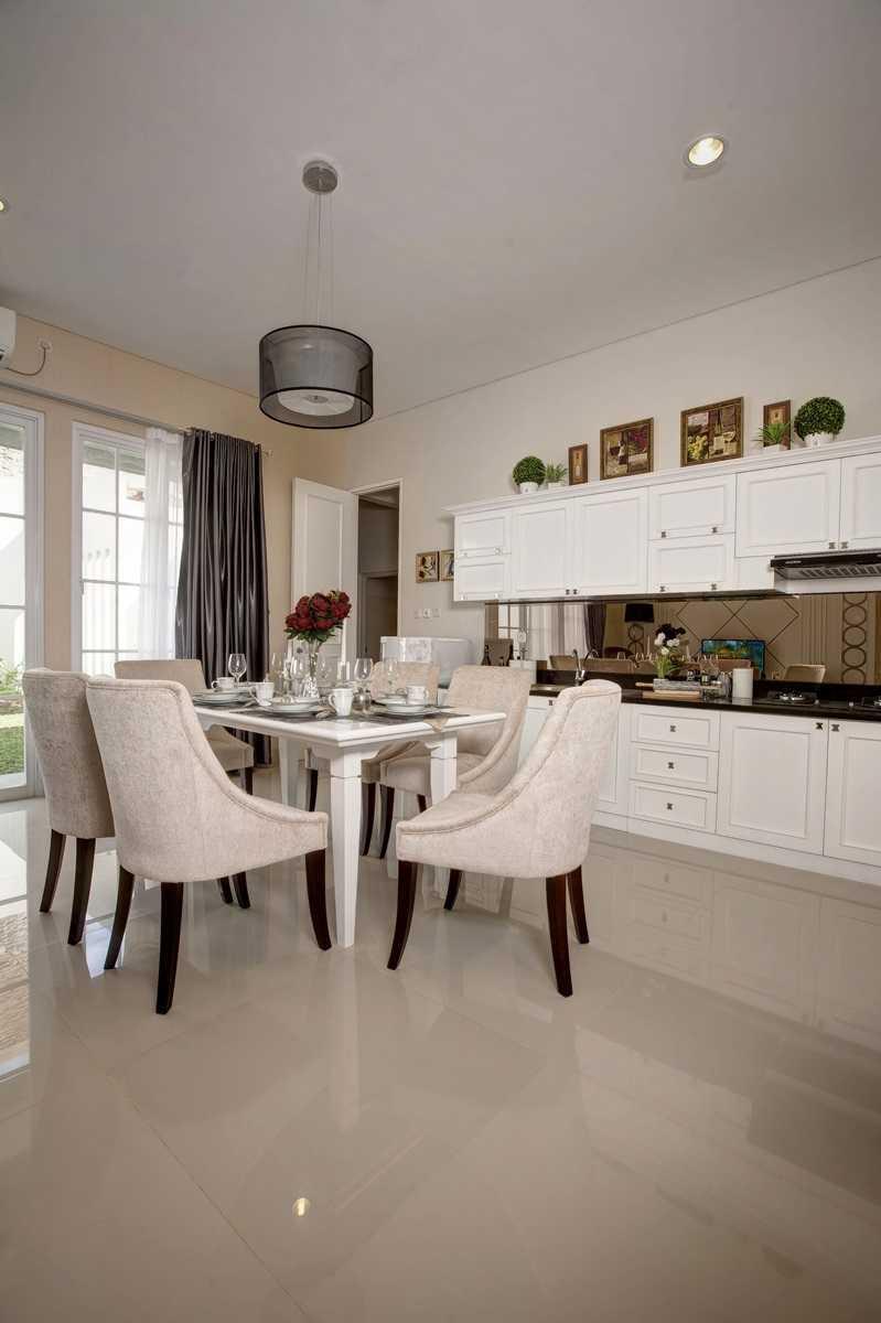 Foto inspirasi ide desain ruang makan klasik Diningroom oleh Getto ID di Arsitag