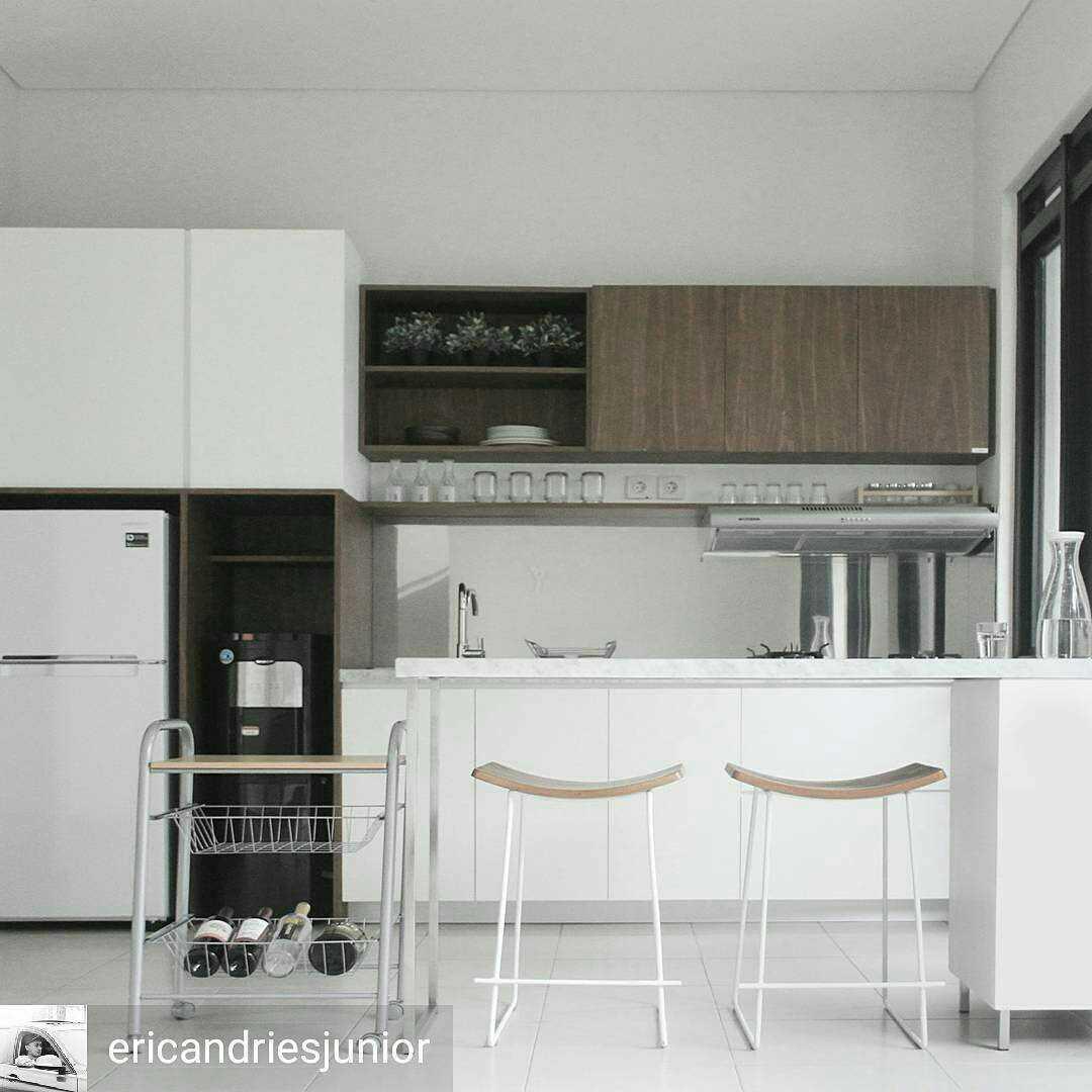 Foto inspirasi ide desain rumah skandinavia Kitchen oleh arkitekt.id di Arsitag