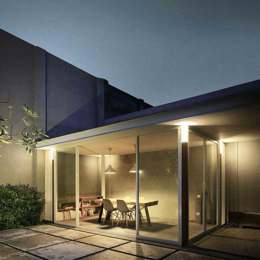 Foto inspirasi ide desain rumah industrial Night view oleh arkitekt.id di Arsitag