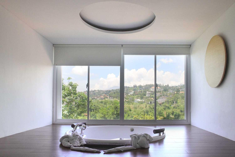 Foto inspirasi ide desain kamar mandi Jacuzzi room oleh arkitekt.id di Arsitag
