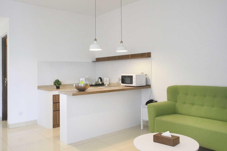 Foto inspirasi ide desain dapur skandinavia Pantry oleh arkitekt.id di Arsitag