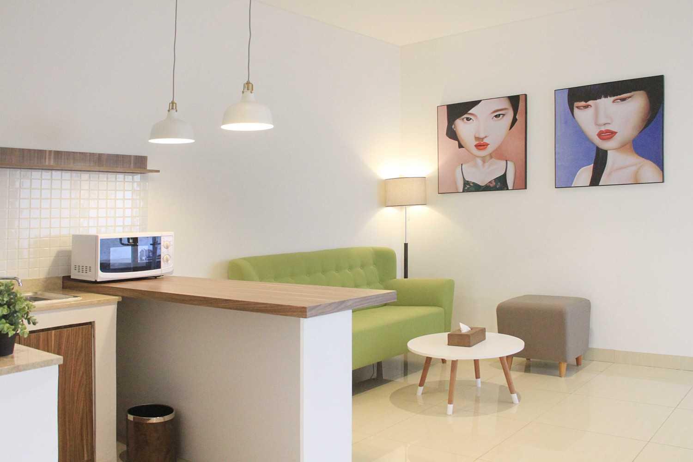 Foto inspirasi ide desain ruang keluarga minimalis Living room oleh arkitekt.id di Arsitag