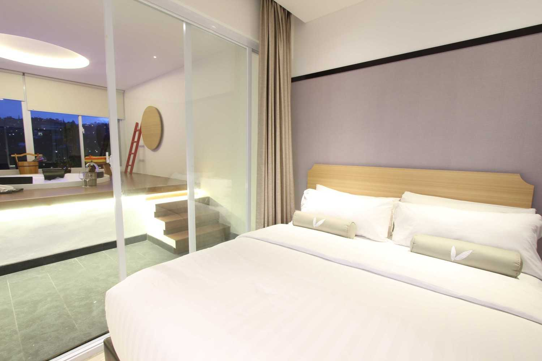 Foto inspirasi ide desain kamar tidur kontemporer Bedroom oleh arkitekt.id di Arsitag