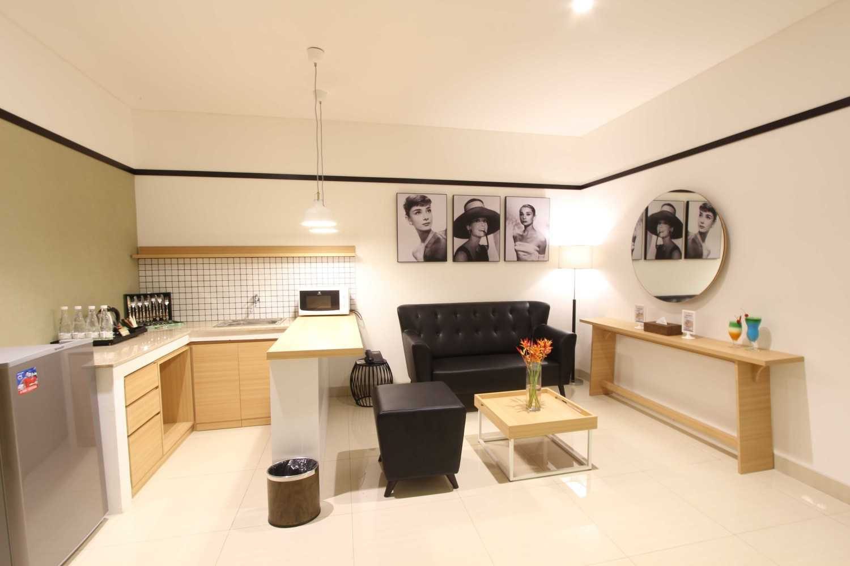 Arkitekt.id Executive Suite Room No 2 Clove Garden Hotel, Bandung Clove Garden Hotel, Bandung Living Room + Pantry Kontemporer 29457