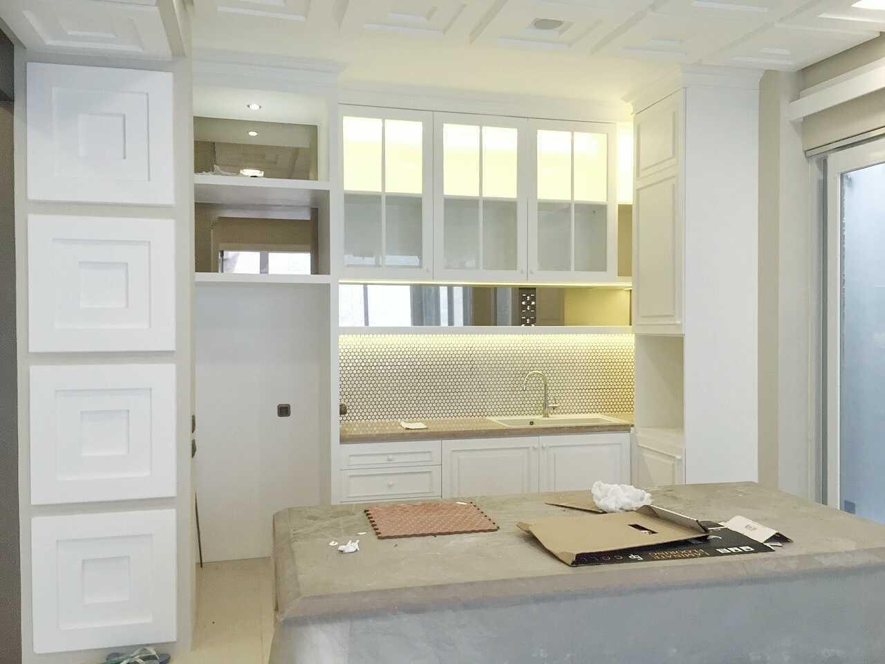 Foto inspirasi ide desain dapur klasik Kitchen area oleh 7Design Architect di Arsitag