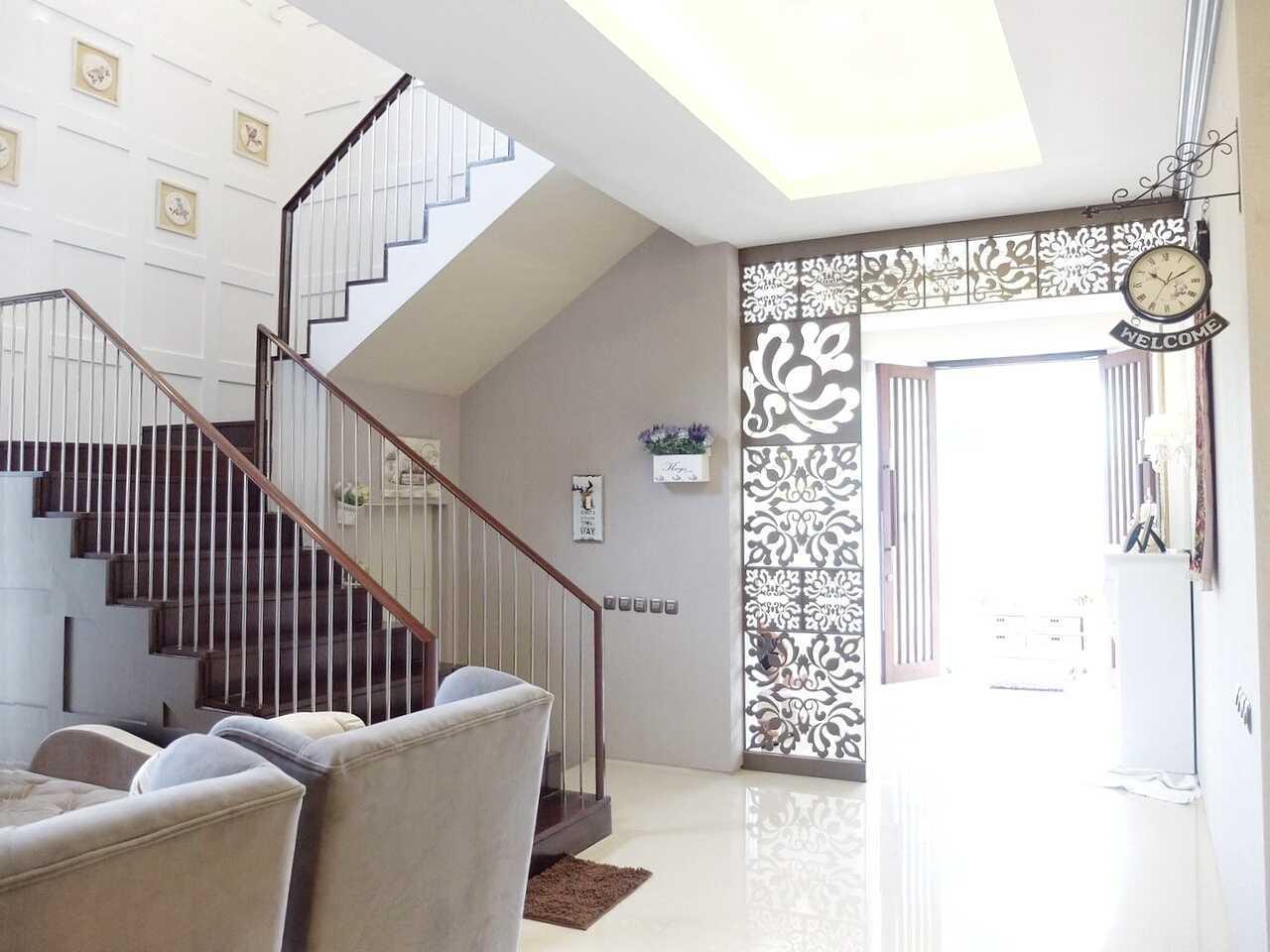 Foto inspirasi ide desain tangga klasik 1st floor area oleh 7Design Architect di Arsitag