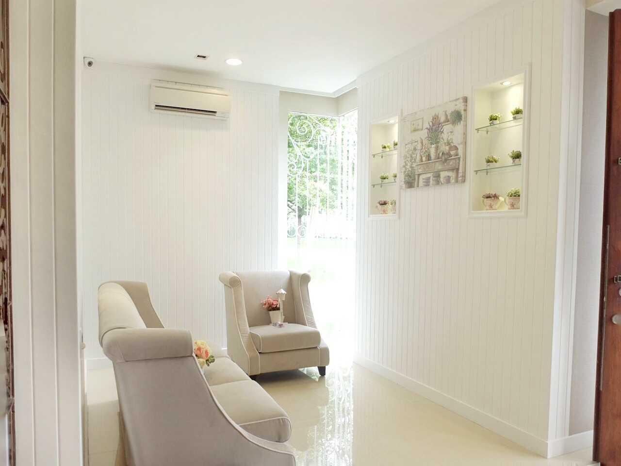 Foto inspirasi ide desain koridor dan lorong klasik Foyer oleh 7Design Architect di Arsitag