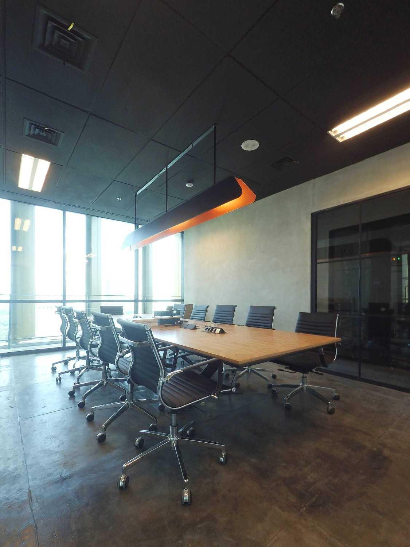 Foto inspirasi ide desain ruang meeting industrial Meeting room oleh Dezan Studio di Arsitag