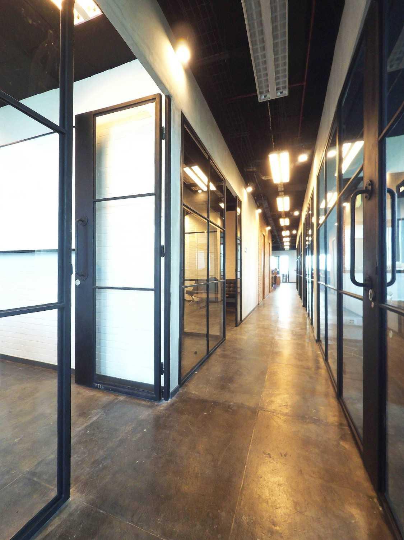 Foto inspirasi ide desain koridor dan lorong industrial Corridor oleh Dezan Studio di Arsitag
