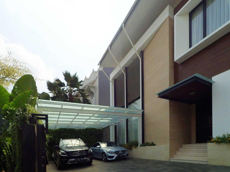 Foto inspirasi ide desain garasi modern Garasi mobil oleh Dezan Studio di Arsitag
