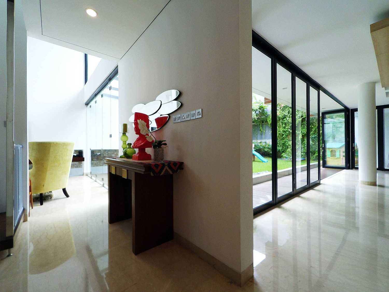 Foto inspirasi ide desain koridor dan lorong tropis Corridor oleh Dezan Studio di Arsitag