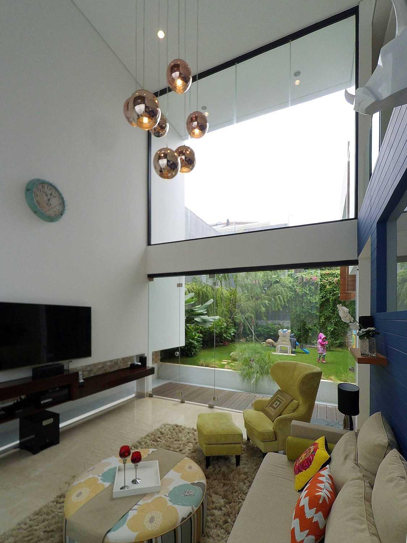 Foto inspirasi ide desain ruang keluarga tropis Livingroom oleh Dezan Studio di Arsitag