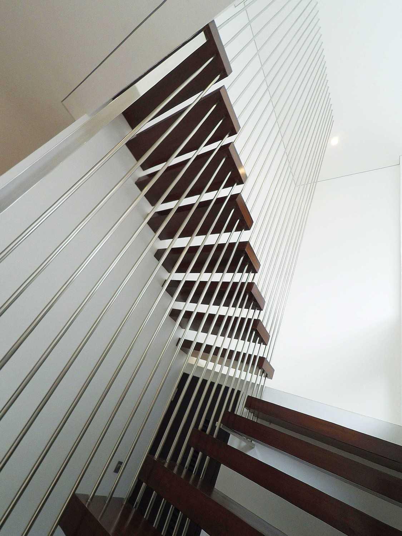 Foto inspirasi ide desain tangga tropis Stairs oleh Dezan Studio di Arsitag