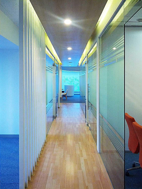 Foto inspirasi ide desain koridor dan lorong skandinavia Corridor oleh Arkadia Works di Arsitag