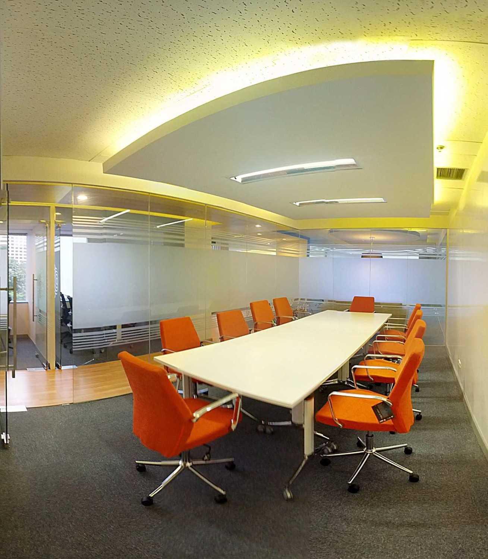 Foto inspirasi ide desain ruang meeting skandinavia Meeting room oleh Arkadia Works di Arsitag