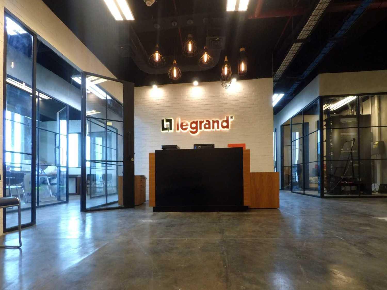 Foto inspirasi ide desain lobby industrial Receptionist oleh Arkadia Works di Arsitag