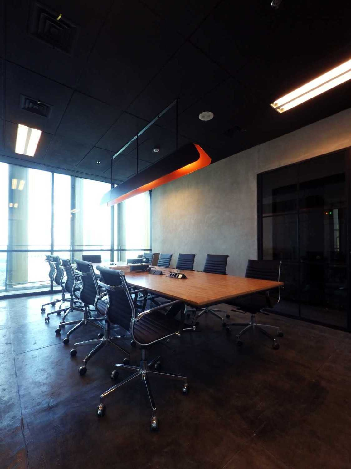 Foto inspirasi ide desain ruang meeting industrial Meeting room oleh Arkadia Works di Arsitag